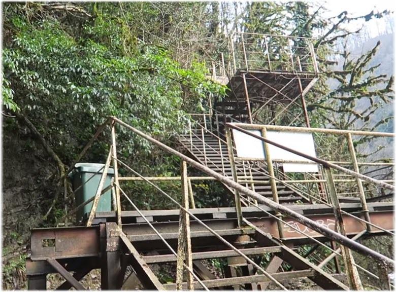 ступеньки спуска к водопаду Ореховский