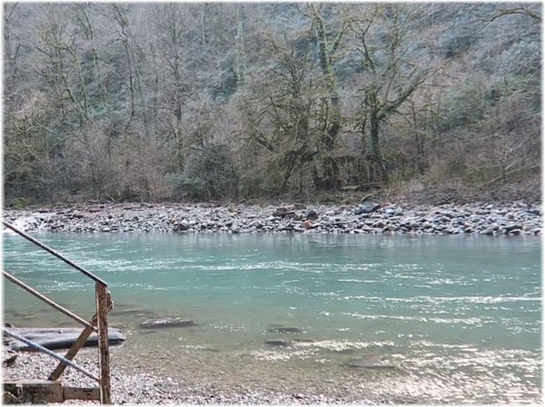 течение реки Сочи возле водопада
