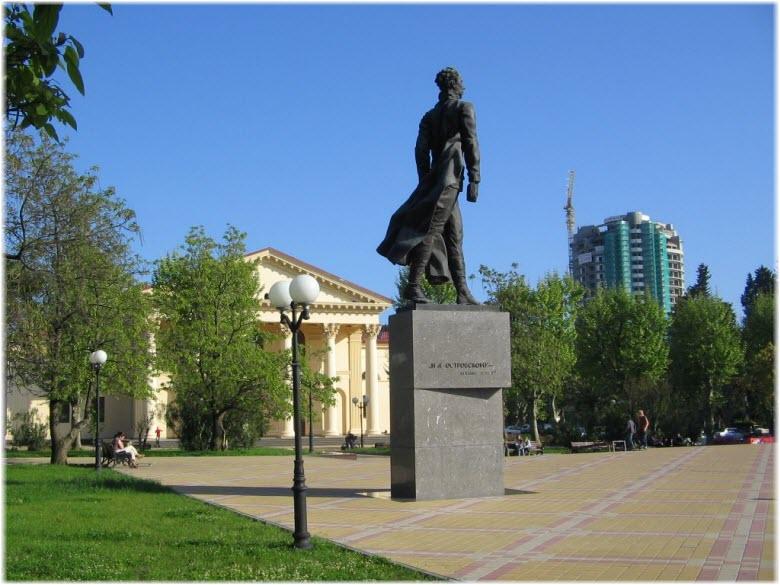 памятник Островскому на площади
