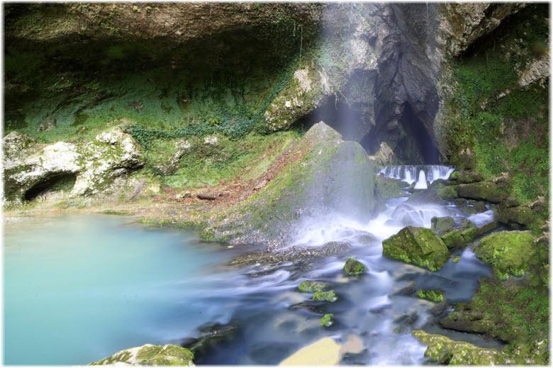 гроты возле водопада
