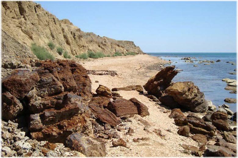куски руды на побережье