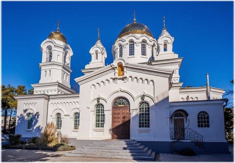 центральный вход в храм Вознесения