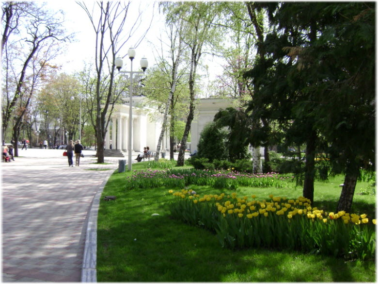аллеями парка Жукова