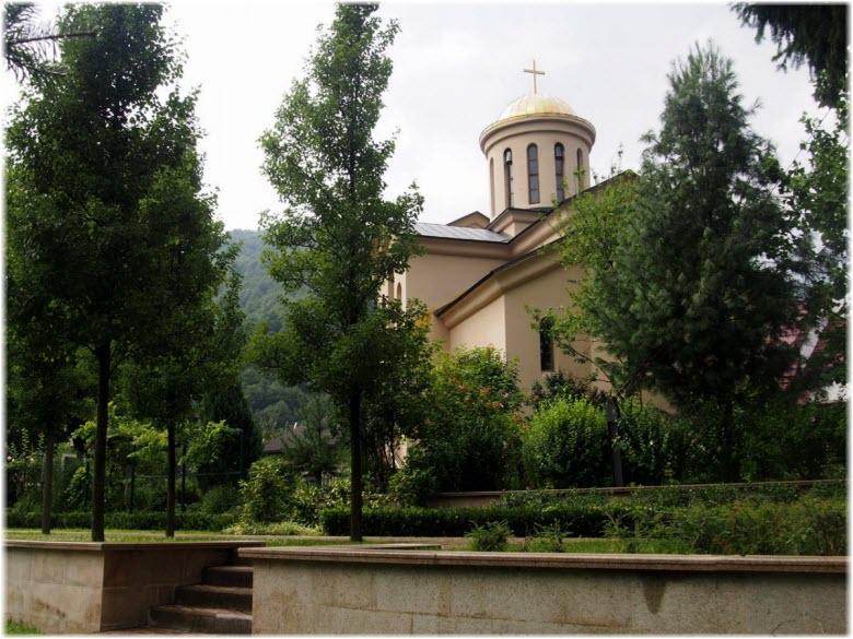 фото храма в зелени деревьев