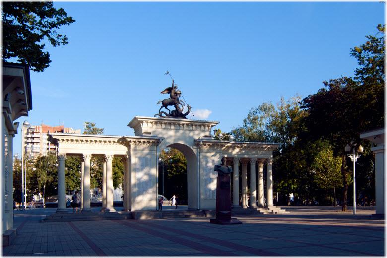памятники в сквере Жукова