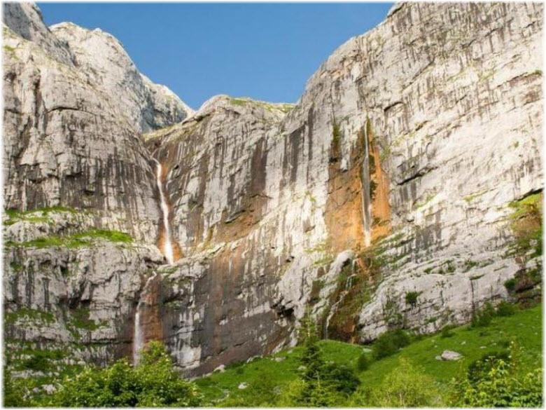 зелень возле водопада