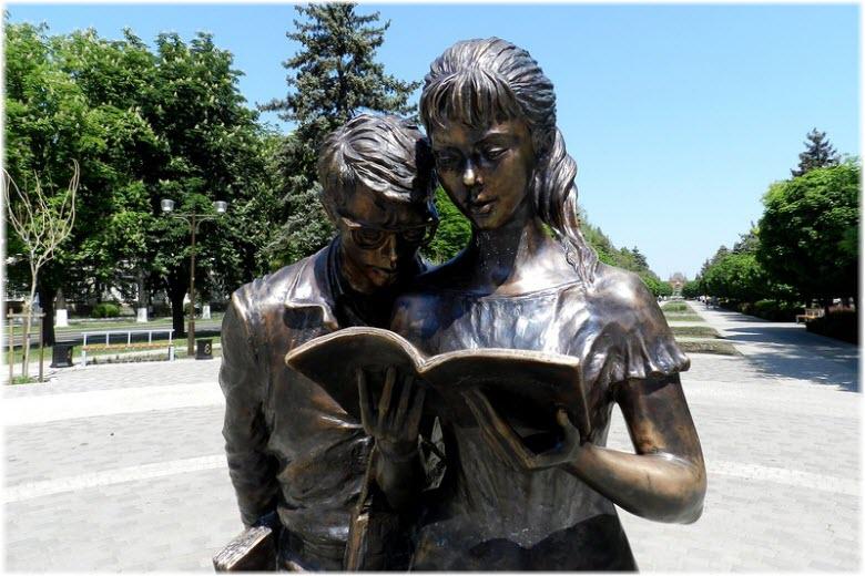 Памятник Шурику и Лидочке в Краснодаре