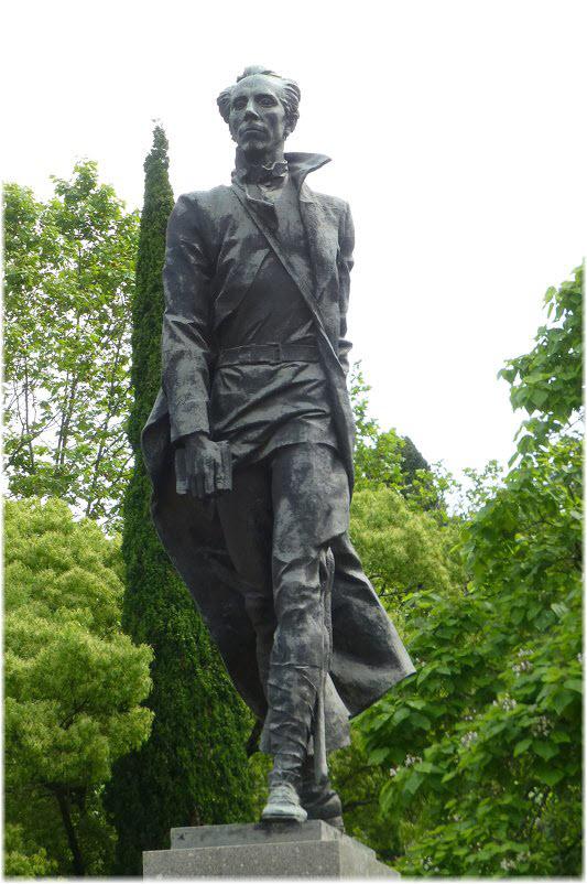 фото памятника Николаю Островскому