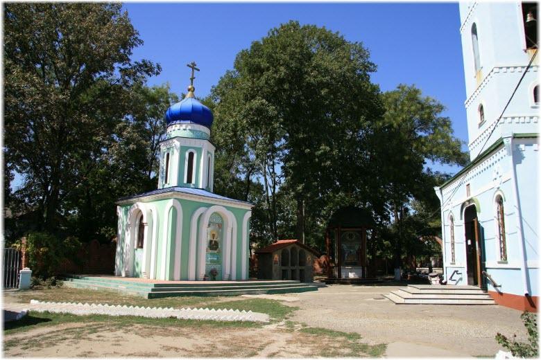 часовня возле храма