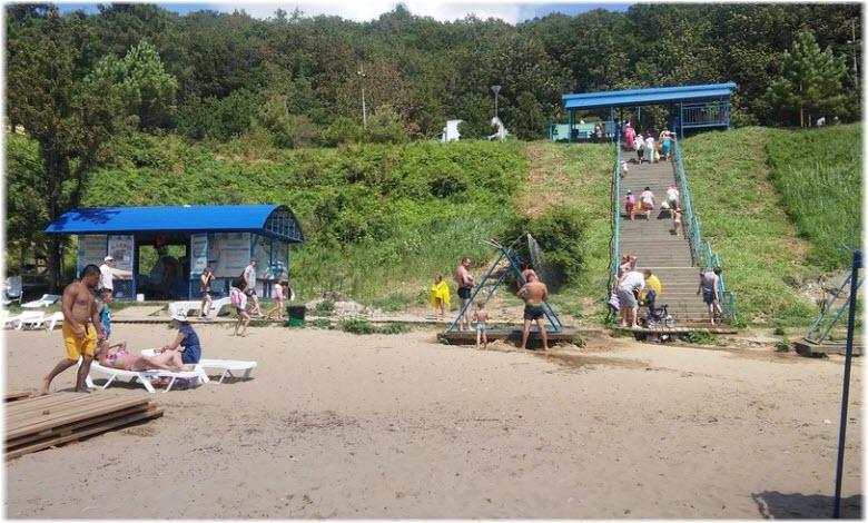 фото лестницы от лагеря к пляжу