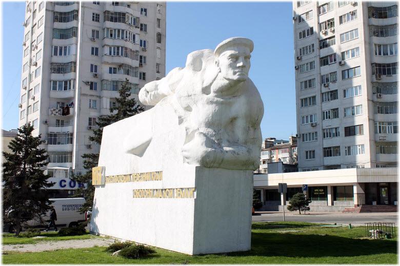 фото монумента Матросу вблизи