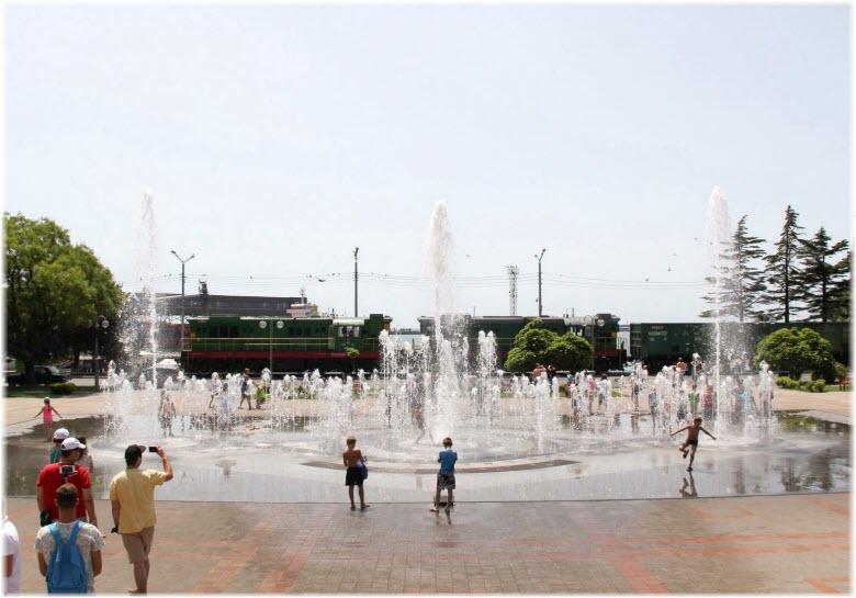 фото Поющих фонтанов днем