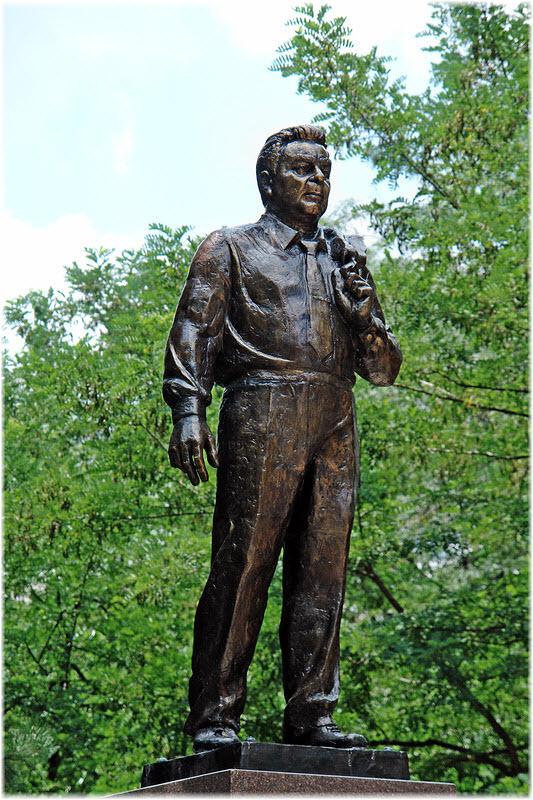 фото фигуры Брежнева вблизи