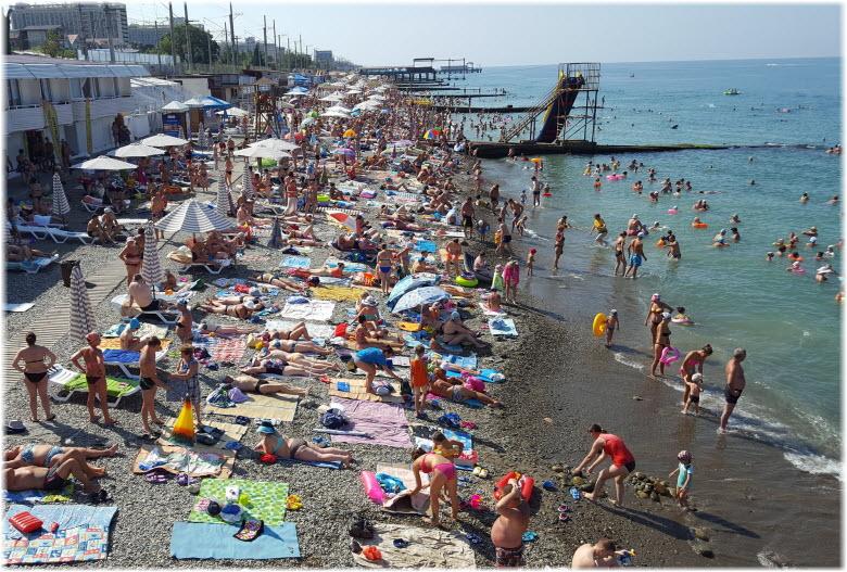 туристы на Чкаловском пляже