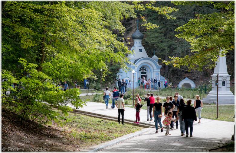 туристы возле часовни иконы Божией Матери Иверская