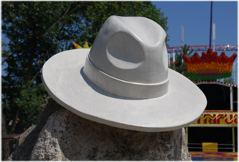 памятник белая шляпа в анапе фото