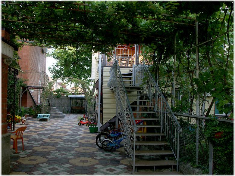 Фото во дворе отеля «Татьяна»
