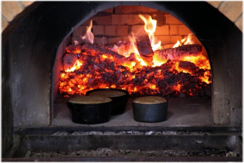 выпекаение хлеба в русской печи