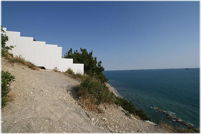 забор в районе дикого пляжа Кабардинки