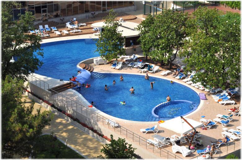 бассейн в отеле Приморье