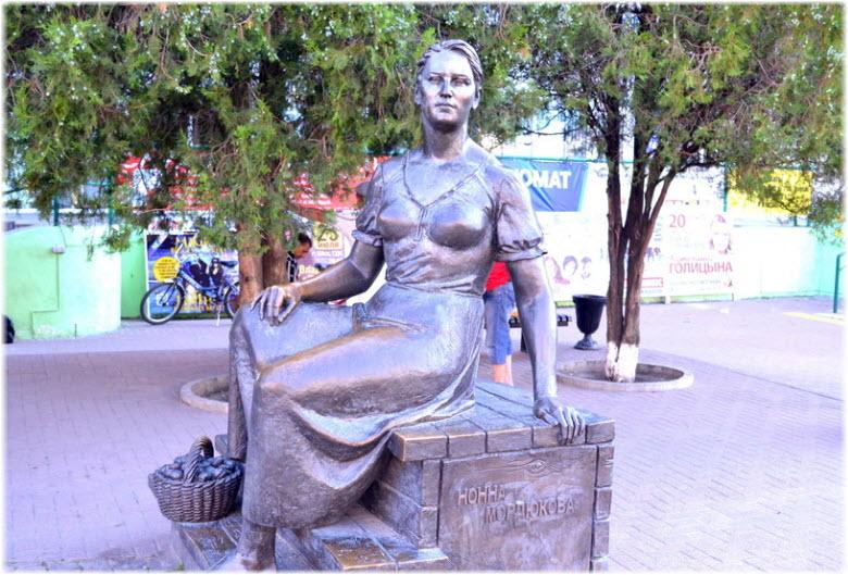 фото памятника Нонне Мордюковой