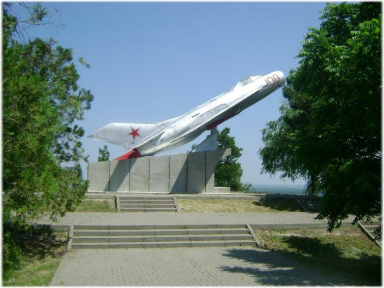 самолет на Сопке героев