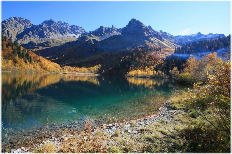 фото гор на фоне озера