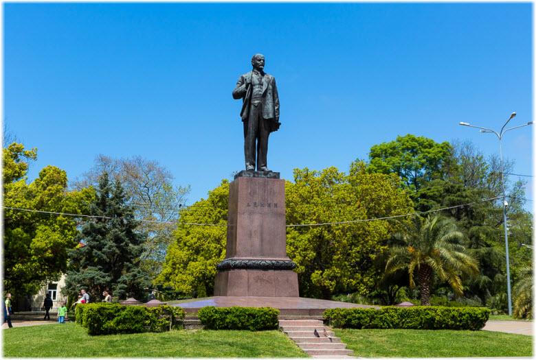 памятник Ленину на пл. Искусств