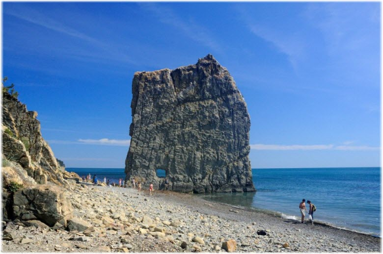 пляж Прасковеевки и скала Парус