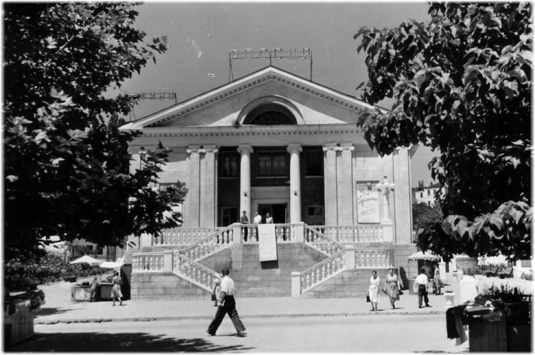 старое фото здания кинотеатра
