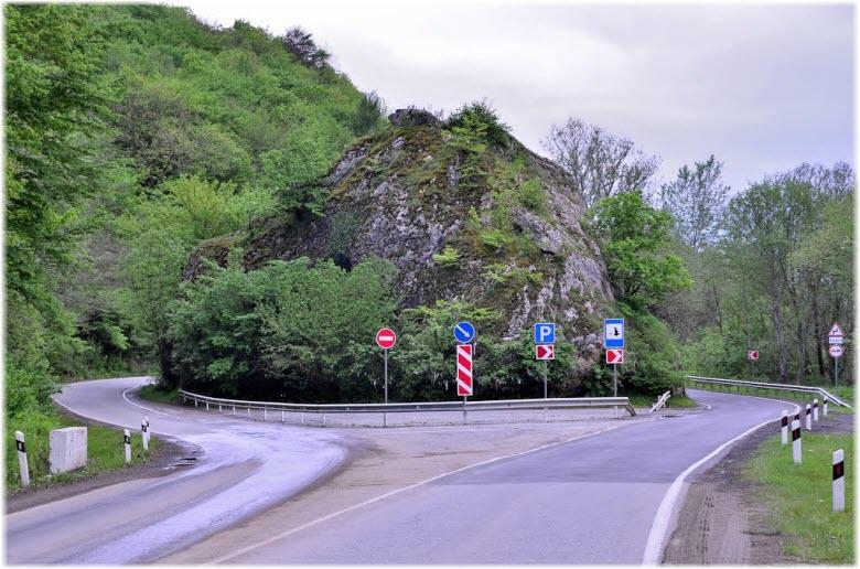 фото Девичьего камня с трассы