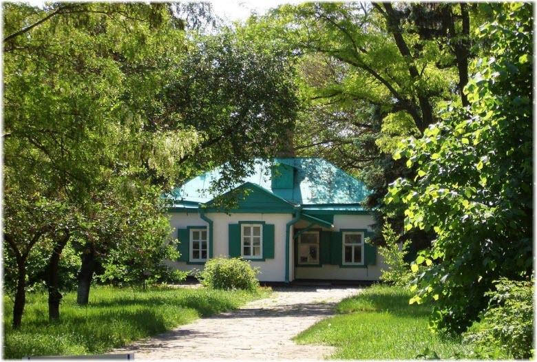 фото музея на фоне деревьев