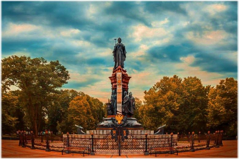 фото памятника Екатерине Великой осенью