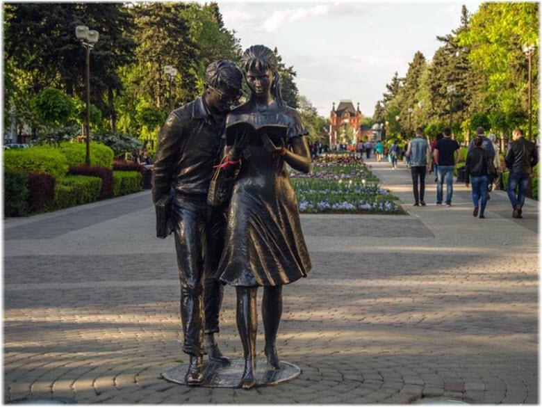 фото скульптуры Лиды и Шурика
