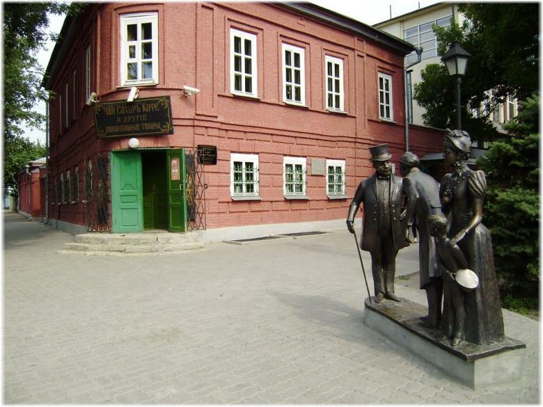 памятник возле лавки