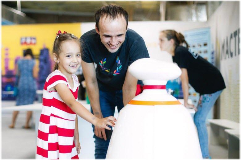 гости выставки роботов в Адлере