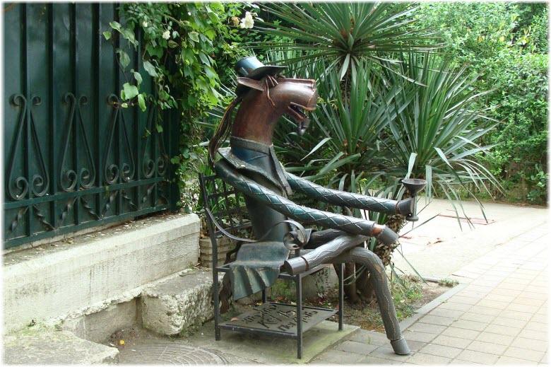 памятник Конь в пальто в Сочи