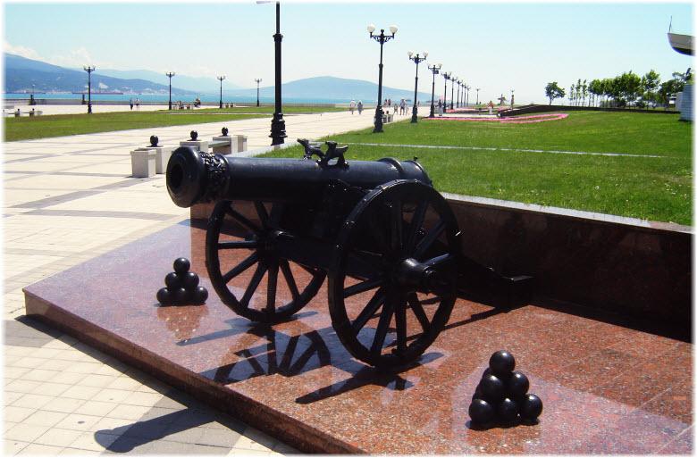 пушка возле памятника