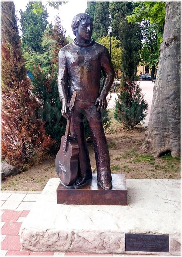 фото памятника Высоцкому в весь рост