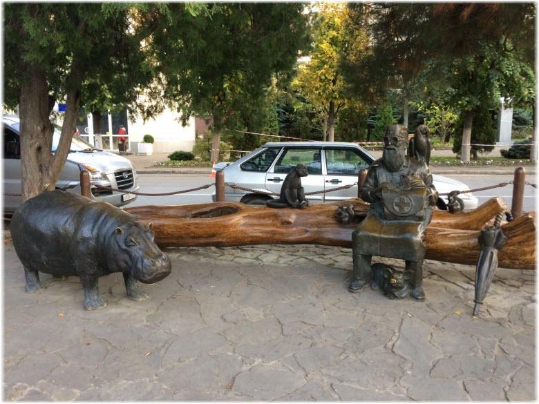 памятник Айболиту и его животным
