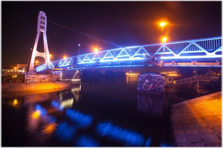 фото ночного Моста поцелуев