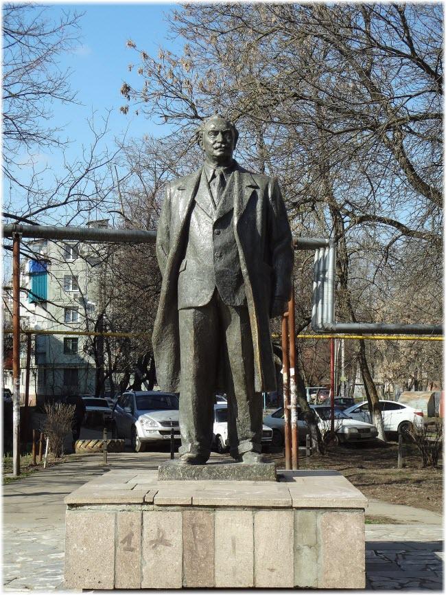 фото памятника Димитрову вблизи