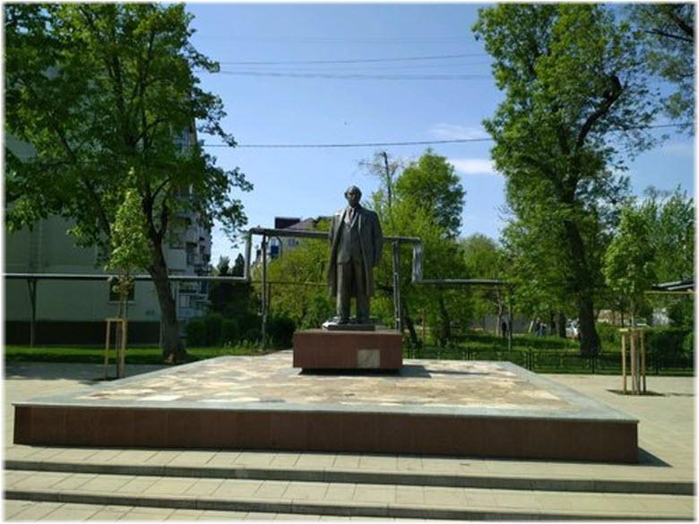 фото памятника и сквера