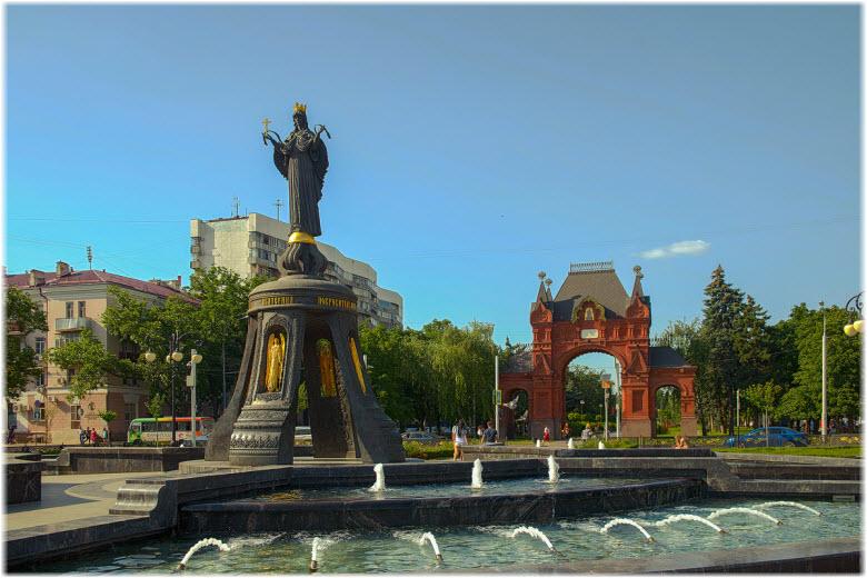 фонтан у памятника на фоне арки