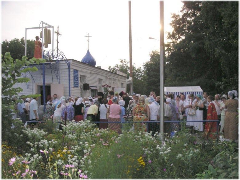 прихожане у Пантелеймоновского храма