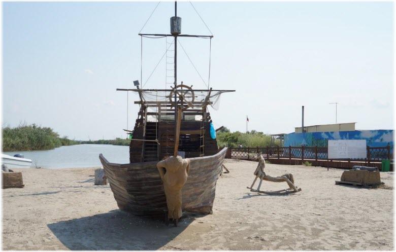 корабль на пляже Затерянный остров
