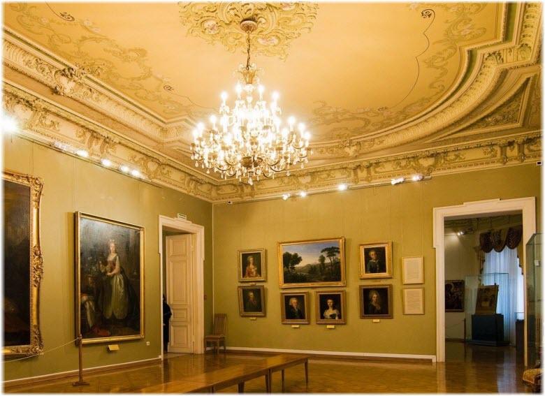 большая люстра в зале музея