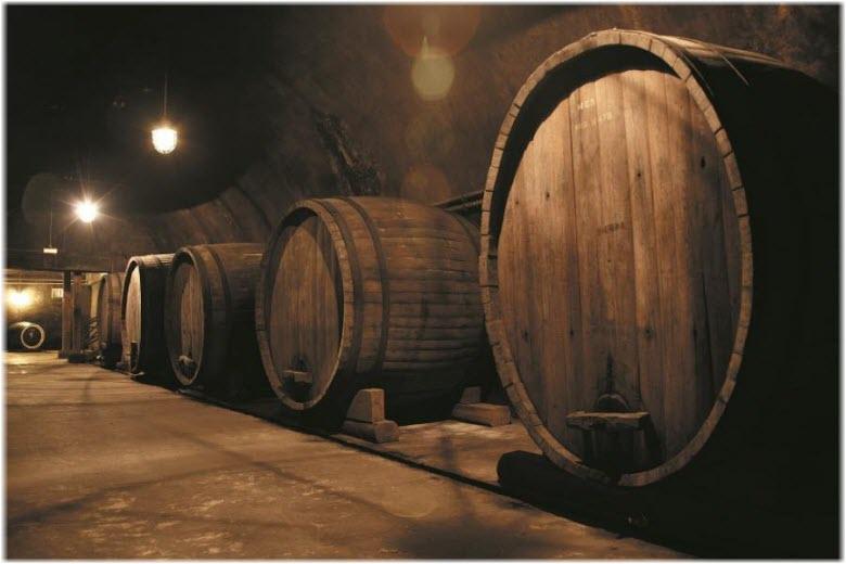 большие бочки в подвалах с вином