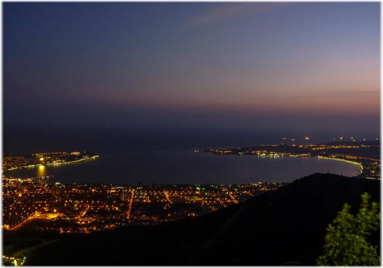 фото Геленджикской бухты ночью