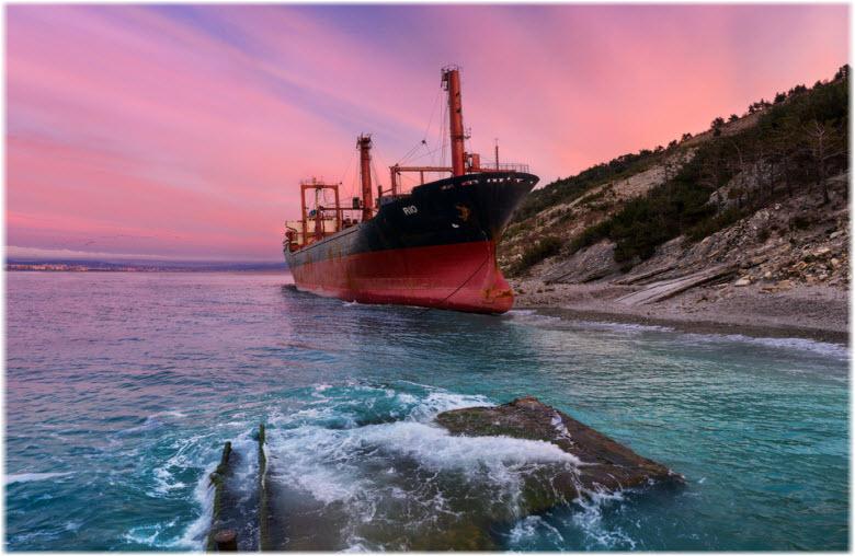 корабль который сел на мель возле Кабардинки